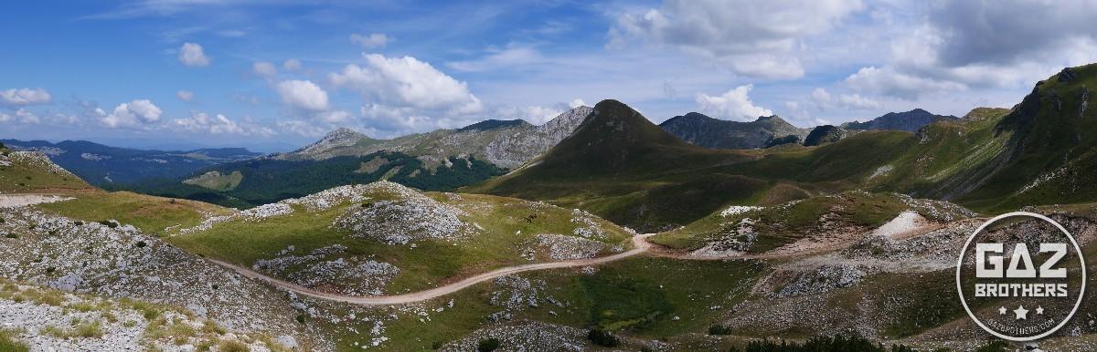 Szutrowa droga pośród bałkańskich gór