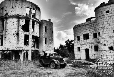 Gaz 69 w ruinach na wzgórzach Sarajewa