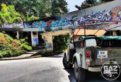 Gaz 69 na tle toru bobslejowego w Sarajewie