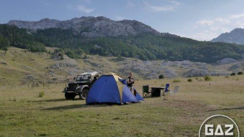 Bałkański nocleg doskonały, który udało nam się zorganizować w trakcie wyjazdu do Czarnogóry. Za plecami fotografa (Olgi Papacz) znajduje się przepiękne jezioro.