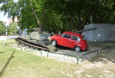 Serbski czołg przygnieciony przez Zastavę