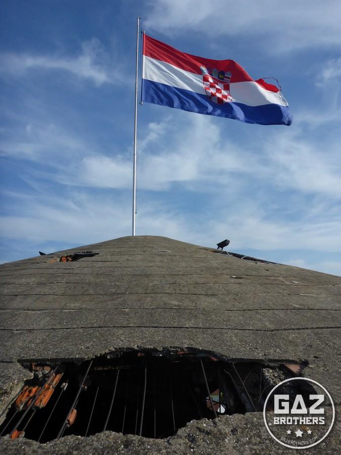 Chorwacka flaga na szczycie wieży ciśnień - symbolu Vukovaru.