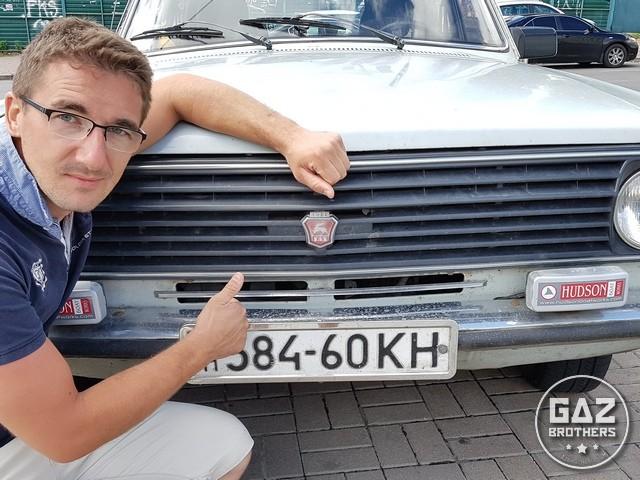 Tomasz Maciążek na tle białej Wołgi