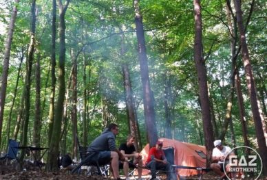 Biwak przy ognisku w lesie