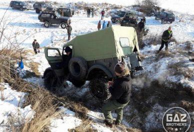 Samochód wojskowy Gaz 69 w terenie