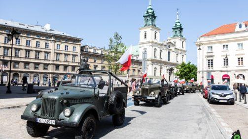 Kolumna radzieckich Gazików na Krakowskim Przedmieściu w Warszawie
