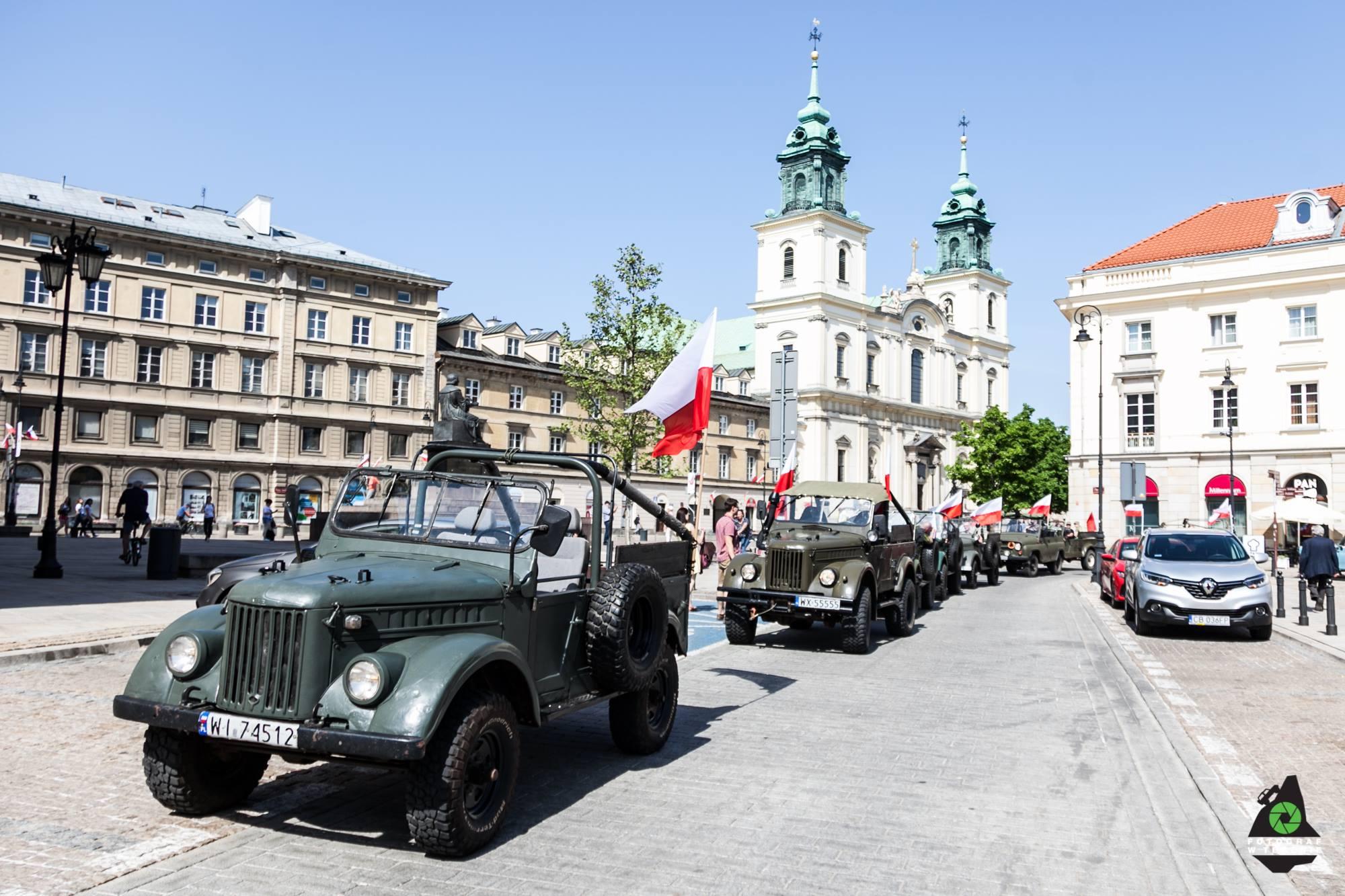 Kolumna samochodów Gaz 69 na Krakowskim Przedmieściu