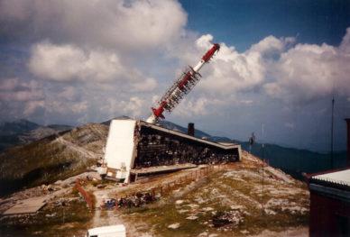 Zniszcone centrum komunikacyjne na szczycie Bjelasnicy