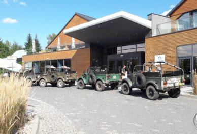 Samochody wojskowe Gaz 69 przed hotelem Marina Golf Club